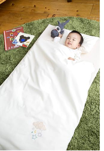 エトワールお昼寝布団セットに赤ちゃんが寝ている画像